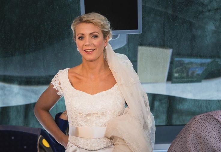 Brudklänning i sidensatin med exklusivt spetsliv.