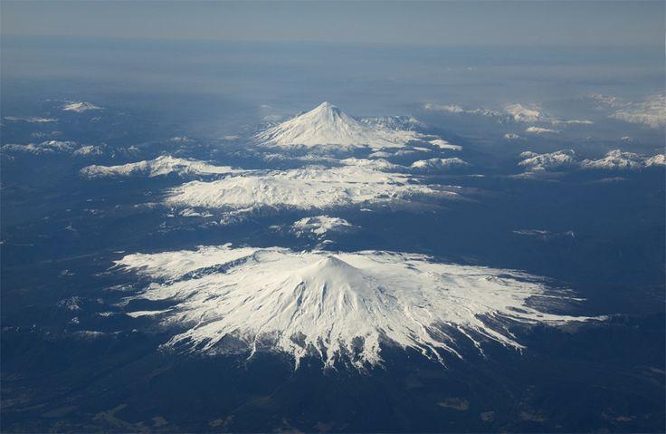 Volcan Villarrica en primer plano, y el Volcan Llaima de fondo - CHILE | Sorprendente, maravilloso es mi Chile lindo.