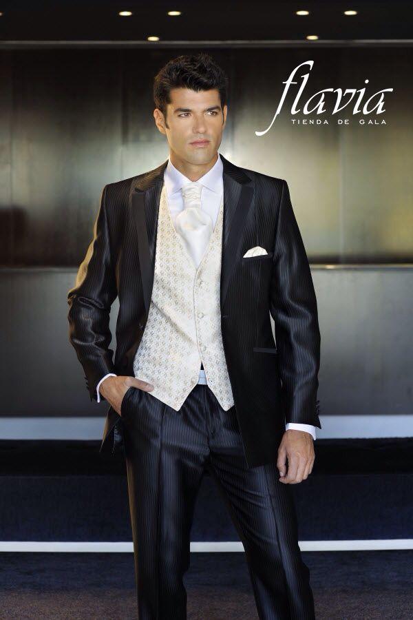 Vestido de novio , con chaleco claro y detalles exclusivos , que darán  a tu boda un aire de sencillez y elegancia