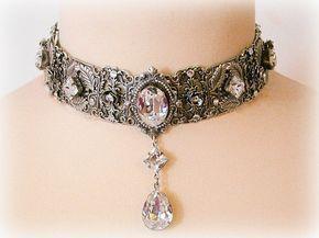 Colección de joyas de cristal de Swarovski por Le Boudoir Noir joyas Esta gargantilla plata divina exuda elegancia de la época victoriana y destaca un cuello hermoso. Me uní a varios estampados de plata intrincado detallados para crear este impresionante gargantilla, Un fascinante gran cristal Swarovski, que brilla en cualquier movimiento, es el punto focal. Además, acentúa las piezas de hermosa filigrana con pequeñas rosas de plata con pedrería de Swarovski en su corazón. Varios que más…