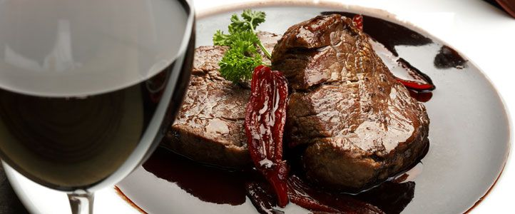 Rindsfilet in Rotweinsoße ist ein Rezept für einen besonderen Anlass. Kochen und genießen Sie es mit der Familie oder laden Sie Freunde ein.