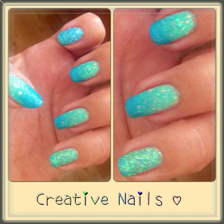 Turkosa med glitter på naturliga naglar.