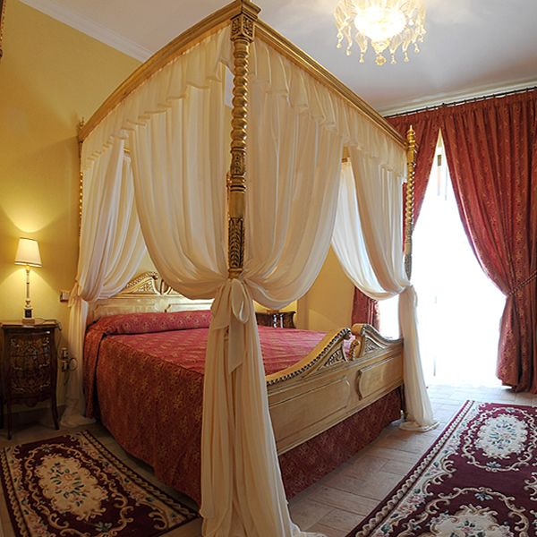 La suite deluxe con letto a baldacchino in oro.