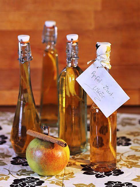 Apfel-Zimt-Likör ♥ 50 ml klaren Apfelsaft mit 250 gr braunem Zucker und 2 Zimtstangen aufkochen, bis sich der Zucker aufgelöst hat. Abkühlen lassen, mit 350 ml braunem 54% Rum verrühren und den Topf abgedeckt ca. 6-7 Tage im Kühlen stehenlassen, damit der Zimt gut durchziehen kann. Danach noch einmal umrühren, durch ein Sieb gießen, in sterile Glasflaschen füllen und verschließen.