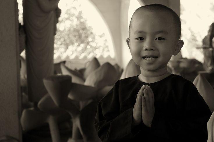 —>Mantra Budista: Nam Myōhō Renge Kyō  Nam Myōhō Renge Kyō , traduzido como Devoção à Lei da Flor de Lótus Escritura ou Devoção à Lei Mística de causa e efeito que existe em todos os sons e vibrações Do universo é um mantra que é cantado como a prática central de todas as formas do Budismo.