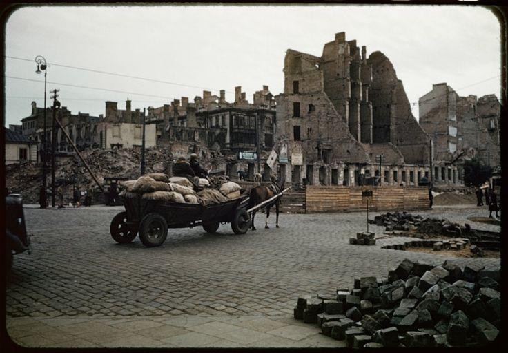 Skrzyżowanie alei Sikorskiego (obecnie Al. Jerozolimskie) i ulicy Nowy Świat. Widoczne na pierwszym planie budynki pomiędzy alejami a ulicą Smolną zostaną wkrótce rozebrane.  fot.Henry N. Cobb
