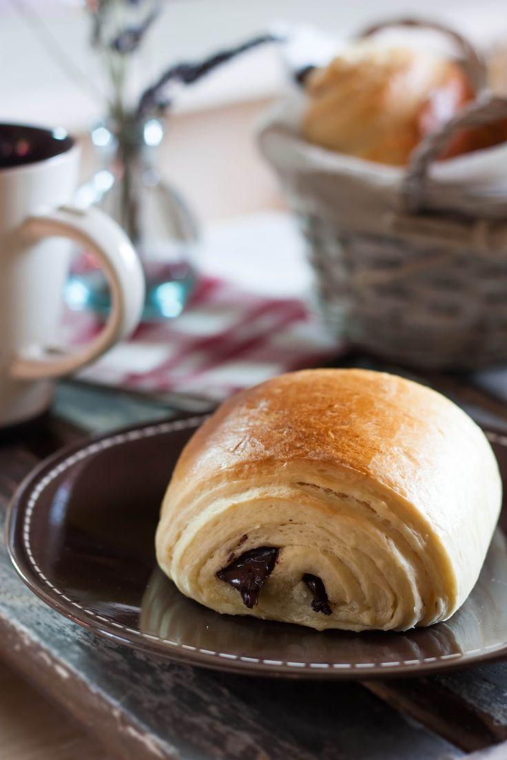 Les pains au chocolat, une de mes viennoiseries préférées... J'ai toujours voulu en faire, mais je ne trouve pas assez de temps pour me lancer dans la conception de la pâte! Du coup, j'ai tout de s...