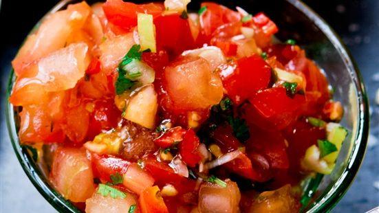 Blanda tomater, vitlök, salladslök, chili och koriander och smaka av med lime, olivolja, salt, socker och peppar. Låt stå och dra i rumstemperatur minst 30 minuter.