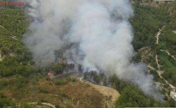 Siete medios aéreos luchan contra un incendio forestal en Castell de Guadalest