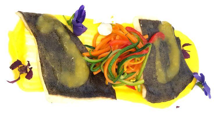 Filetto di rombo su crema di finocchi, salsa all'arancia e bouquet di verdure di stagione  -------------------   Turbot fish fillet on fennel cream, orange sauce and vegetables bouquet