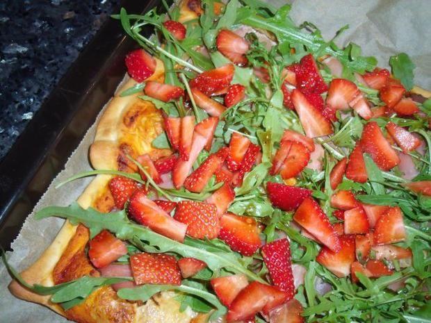 Rezept: Erdbeer-Rucola-Pizza mit Käse