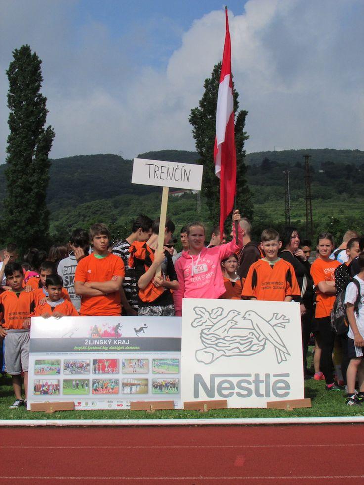 Na Športových majstrovstvách s Nestlé 2016 súťažilo 320 detí z detských domovov   V Bratislave v areáli atletického štadióna Mladá Garda na Račianskej ulici sa v piatok 3.6.2016 konal 26. ročník športových hier detí z detských domovov – Športové majstrovstvá s Nestlé 2016. Deti súťažili v atletických disciplínach, futbale, volejbale a stolnom tenise. Generálnym sponzorom tohto medzinárodného podujatia je už po ôsmy raz spoločnosť Nestlé Slovensko s.r.o.