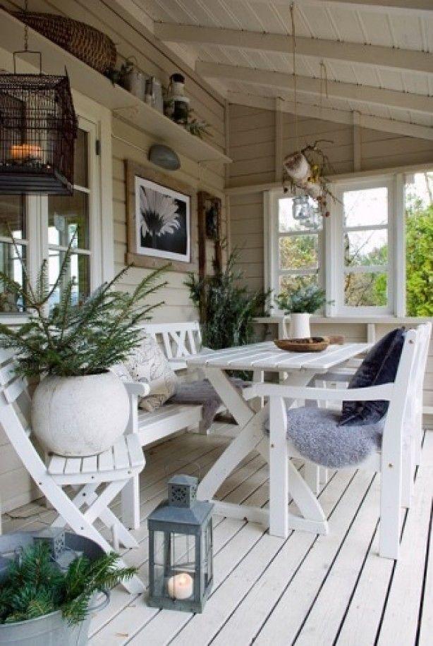Een veranda zodat je ook met regen en onweer lekker buiten kunt eten, tekenen, naaien, spinnen, lezen enz...