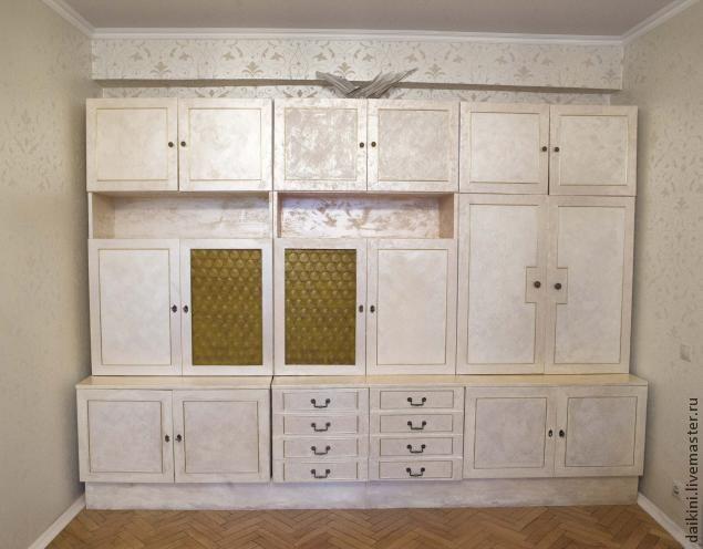 Некоторое время назад я вернулась в дом, в котором выросла. В доме было много старой мебели. Мебель эта прекрасно сохранилась, устраивала меня функционально, но имела совершенно устаревший вид. Я решила провести эксперимент. Результаты его оказались настолько впечатляющими, что потом в этой технике я сделала ещё очень много разной мебели. А началось в…