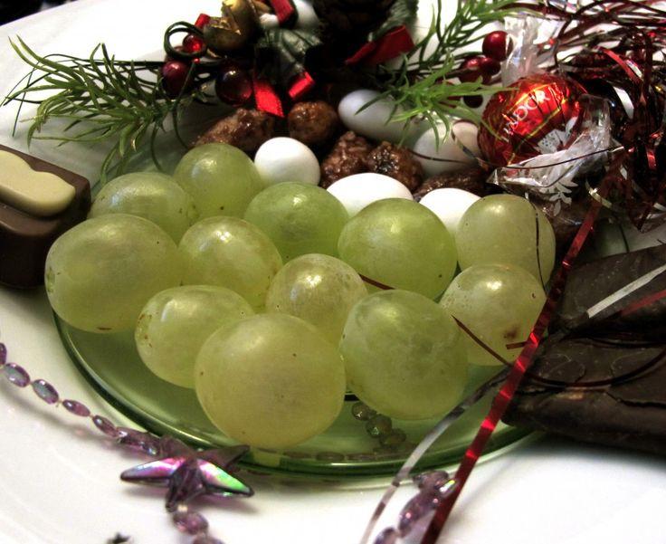 Las 12 uvas en Nochevieja es una tradición para recibir el año nuevo lleno de buenos deseos… ¿os habéis preguntado alguna vez de dónde viene esta tradición?