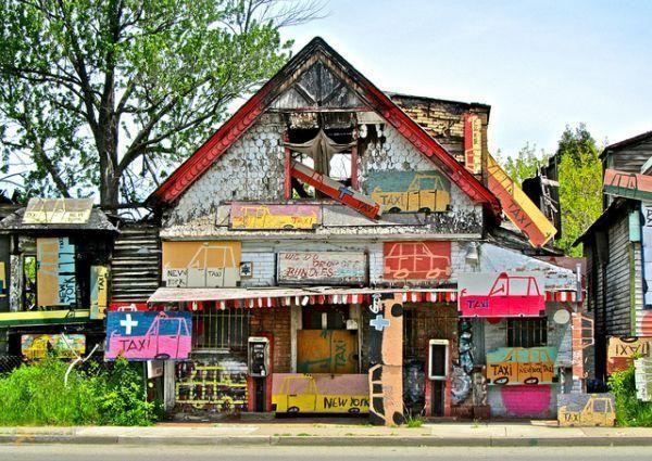 """Район Гейдельберг-стрит – #Соединённые_Штаты_Америки #Мичиган (#US_MI) Гейдельберг-стрит - ярчайшая достопримечательность Детройта. Четверть века назад местный художник Тайри Гайтон занялся украшательством находящихся здесь заброшенных домов, и сейчас этой улицей, относящейся когда-то к трущобам, гордится весь город, а проект, начатый Гайтоном живет и развивается - """"дизайн заброшенных домов и улиц"""" является своего рода терапией для подростков с криминальными наклонностями…"""