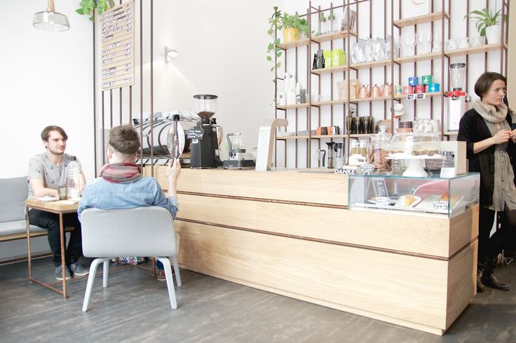 Vor kurzem durfte sich in Wien der erste Bezirk über Zuwachs in der Third Wave Coffee Szene erfreuen. Zwischen Schwedenplatz und Schottenring, nähe Salzgries, hat das Café EL.AN (ELke und ANna) ein hübsches Plätzchen gefunden. Dort kann beinahe das gesamte Café bereits durch den hohen gläsernen Eingangsbereich betrachtet werden.