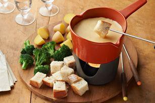 """Non rinuncerei mai...alla fondue!  Stuzzicante mix di formaggi fusi, gustati caldi direttamente dal """"caquelon"""", la casseruola in terracotta o porcellana. :-)"""