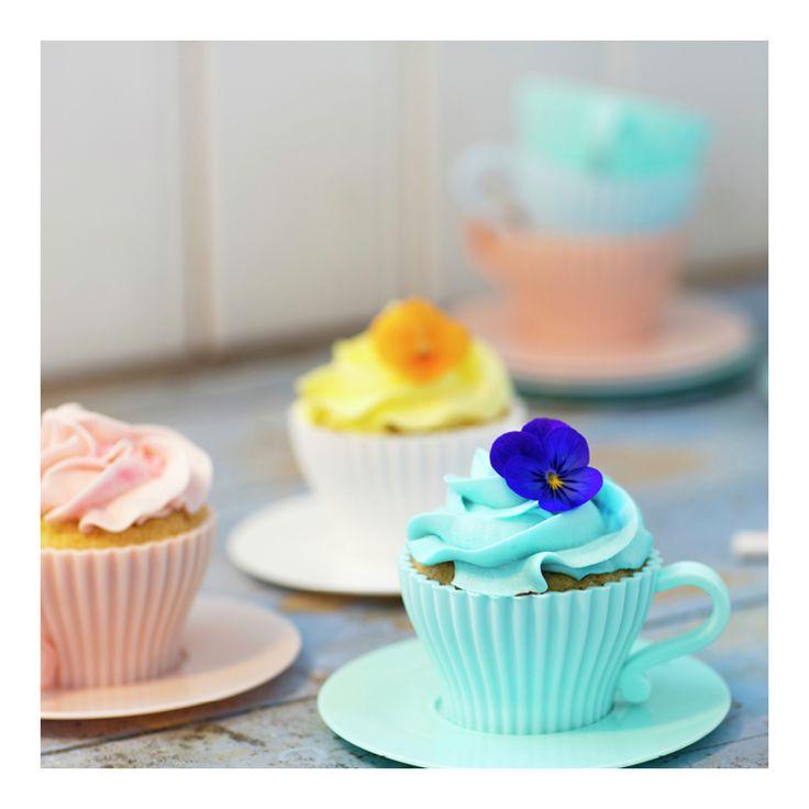 Saftige muffins Her kommer en oppskrift på superenkle muffins: Rør sammen alle ingrediensene, tilsett din smaksfavoritt, hell blandingen over i muffinsformer og etter 10-14 minutter i ovnen blir du belønnet med herlige, saftige muffiins! Spis dem varme med vaniljeis som tilbehør, eller du kan dekorere dem med søt jordbærkrem etter at muffinsene er avkjølte. Her bestemmer du selv! )