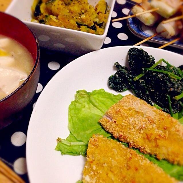 アジのチーズ風味パン粉焼き ほうれん草の胡麻和え かぼちゃのマリネ(レシピ拝借しました) 野菜多めの豚汁  焼き鳥は夫のお土産★ ネギマとにんにくと豚バラ玉ねぎ♡  アジは肉厚で美味しかったです(ノv`*) 野菜いっぱいの豚汁も温まりました! 豚汁は炒めないで全て煮てしまい、ヘルシーに☻  アジもオーブンレンジのグリル機能を使うと油を使わず焼けちゃうので、感動してますヽ(*゚∀゚*)ノ  ちょっとおかず多めで、食べ過ぎてしまいました、、 - 11件のもぐもぐ - 夕ご飯 アジのパン粉焼きと豚汁 by kotorisuke
