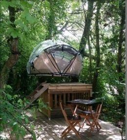 Tente bulle perchée dans les arbres, insolite au Pays du Futuroscope