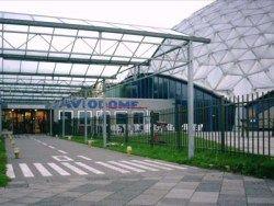 Entree Aviodome Ontwerp Het Aviodome bij Schiphol was de eerste 'geodetische' koepel in Europa. Het markante gebouw, dat stamt uit 1971, was lange tijd de grootste aluminium koepel ter wereld. Het aluminium gebouw is ontworpen door Richard Buckminster Fuller (1895-1983). Reeds vroeg in zijn leven nam hij het vaste besluit om zijn intellect en wetenschappelijke inzichten in te zetten ten voordele van de medemens. Tot aan zijn dood in 1983, heeft hij zich dan ook onvermoeibaar ingezet om zijn