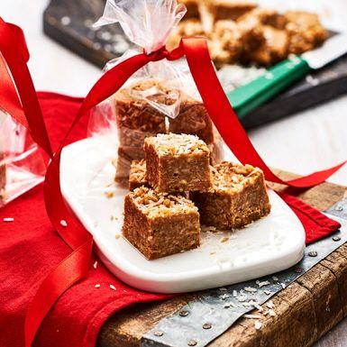 Fudge är ett populärt julgodis som kan smaksättas på mängder av sätt. Här får fudgen smak av jordnötssmör och kokos vilket också ger den rätta smuliga och mjuka konsistensen. En vegansk fudge för alla helt enkelt!
