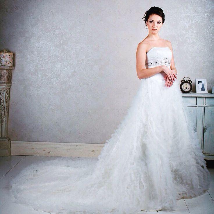 Королевское свадебное платье с необычной юбкой  и декором кристаллами Swarovski непременно станет самым заметным и запоминающимся нарядом!