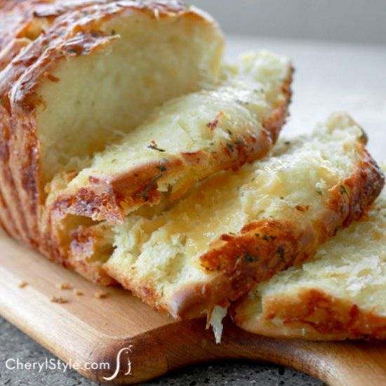 It's warm, gooey and delicious—this pull-apart garlic cheesy bread has layer…