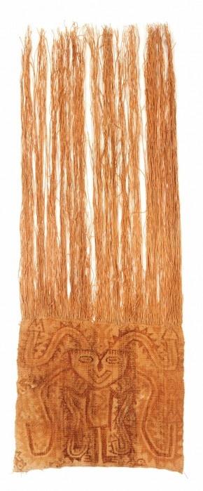 Materiales: Textil  Periodo: 300 - 100 a.C.  Medidas: 800mm x 300mm (largo x ancho)  Código de pieza: MCHAP 0938  Ver cultura Parakas  Tejido plano, faz de urdimbre en algodón, pintura sobre tela.  Esta máscara se disponían sobre los abultados fardos funerarios Parakas, emulando la cabeza del difunto. En la tela se representan figuras antropomorfas con cabezas felínicas y atributos serpentiformes de bordes aserrados.