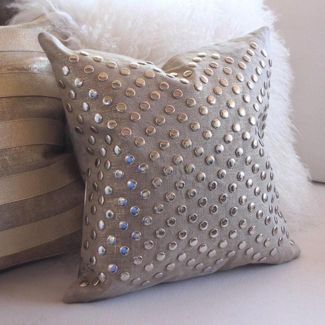 Одним из самых функциональных украшений для гостиной являются подушки. Кроме того, они имеют большое эстетическое значение. Они могут быть выполнены как из контрастных материалов, так и быть подобраны...