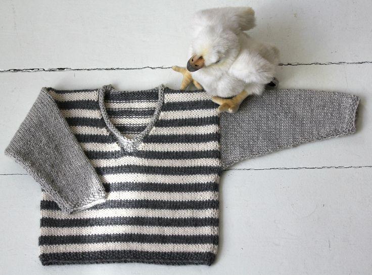 Babytøj må gerne være lidt råt, synes jeg, og den her lille gråstribede bluse er af den gode slags, som kan strikkes til både prinser og prinsesser. Strikkeopskriften er i str. 6, 12 og 18 måneder, og du kan strikke blusen i blød alpaka eller ren, blød babyuld. Du kan bl.a. købe garnet på filato.dk Stribet babybluse med V-hals Str. 6-12-18 måneder…