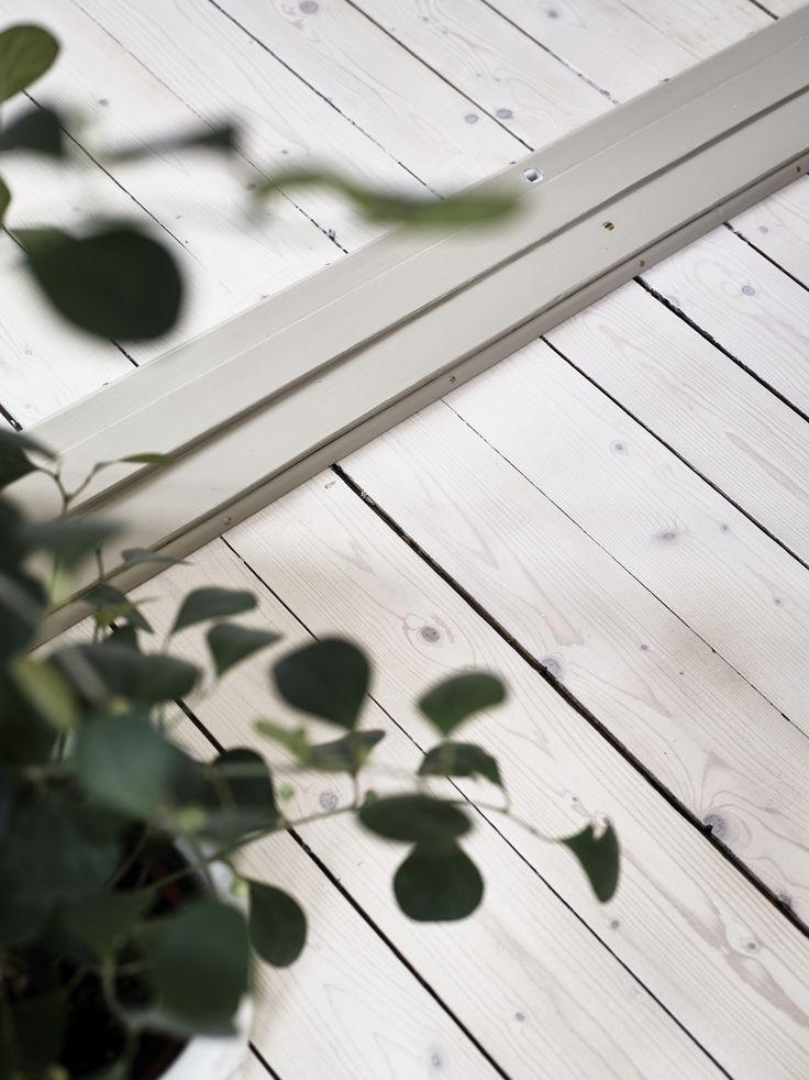 Bisittaregatan 1 A | Stadshem. Brädgolvet har lackats med vitpigmenterad mattlack.