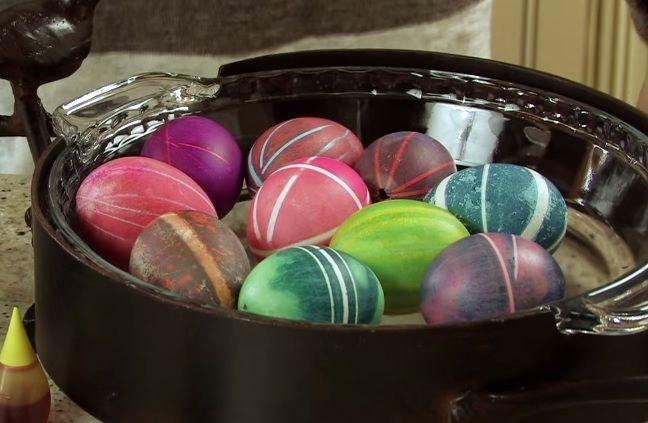 Met+maar+2+elastiekjes+kan+je+het+PERFECTE+gekleurde+ei+maken+voor+Pasen!