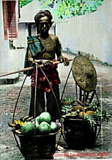 Penjual buah pikulan #BetawiTempoDoeloe File:COLLECTIE TROPENMUSEUM Een Javaanse man draagt vruchten in een pikolan om te verkopen