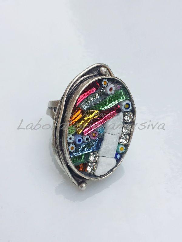 Anello in ottone placcato argento con applicazione a mosaico. Paste vitree, marmo, murrine veneziane e strass. Multicolor