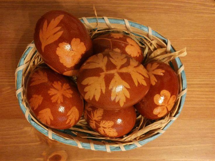 Uova decorate con buccia di cipolla
