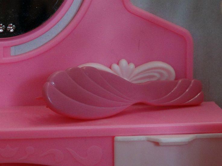 Сегодня захотелось вспомнить любимые игрушки 90-х. Вместо Барби у меня была Вероника фабрики «Кругозор». Когда мне её подарили, я была