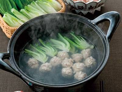 鶏の軟骨入りだんご鍋 | ベースは酒と水だけで簡単!フードプロセッサーに鶏の軟骨ともも肉をかけると、コリッとして食感のよい肉だんごになります。