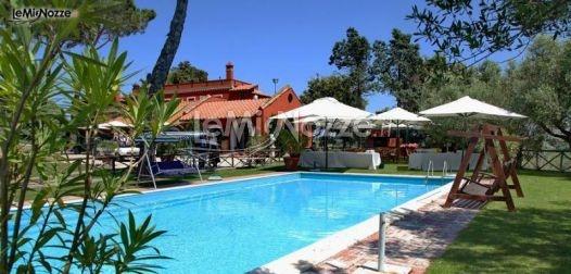 http://www.lemienozze.it/operatori-matrimonio/luoghi_per_il_ricevimento/borgo_di_torre_guidaccia/media/foto/9  Agriturismo con piscina come location per il matrimonio