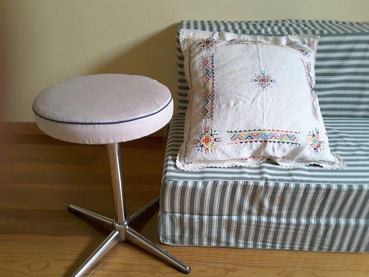 Renovatie : draaistoel - nieuw hoesje, heeel oude borduurlap - mooi deco-kussen, oude caravan kussens - zetelbed!