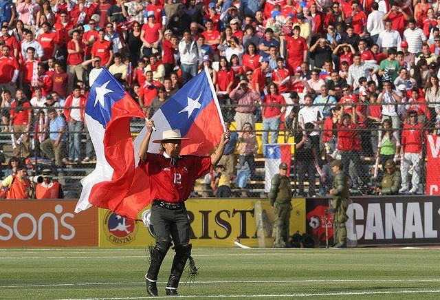 Huaso alentando a la hinchada en el estadio , sera el huaso peregrino?