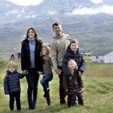 ALLUITSUP PAA - Het Deense koninklijk jacht Dannebrog is zaterdag aangemeerd in de piepkleine Groenlandse plaats Alluitsup Paa op de tweede dag van het officieel bezoek dat kroonprins Frederik en kroonprinses Mary met hun 4 kinderen brengen aan dit autonome deel van het koninkrijk Denemarken. Bij aankomst op de kade werd het koninklijk gezelschap toegezongen...
