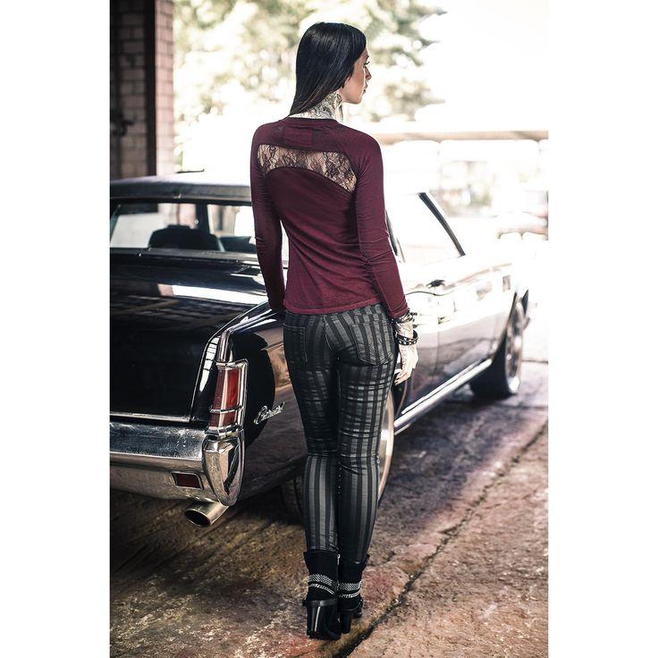 """Derbe Gitarrenriffs, #Totenköpfe und eine coole Lebenseinstellung: wir lieben #Rock! Bei uns bekommt ihr das rockige """"Live Free Burnout"""" Girl-Longsleeve von Rock Rebel by EMP. Auf dem bordeaux-farbenen Longsleeve prangen eine E-Gitarre und ein Flügel-Totenkopf. Besonders cool: an den Seiten und im Nackenbereich ist #Spitze angebracht - super sexy! #rockrebel #empstyle #rockstyle #rockwear"""