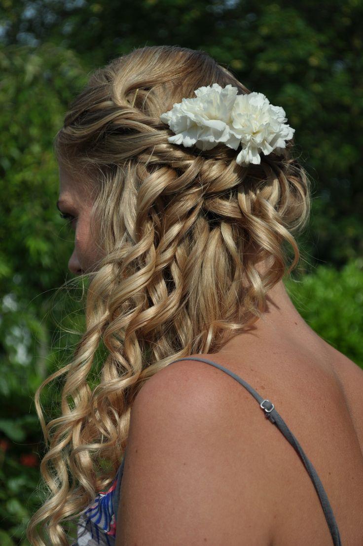 bruidskapsel schuine vlecht met losse krullen en bloem erin. voorzien van clip in extension. bridal hair updo wilt extensions. side braid with curls