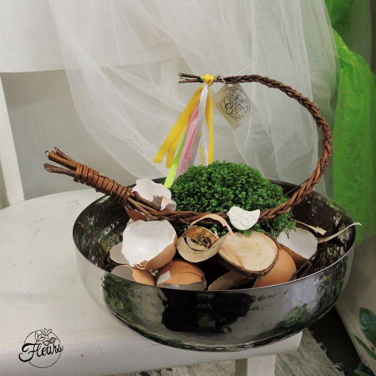 Velikonoční miska se skořápkami a pomlázkou / Květiny Fleurs #spring #easter #decoration #deco #arrangement #bowl #eggs