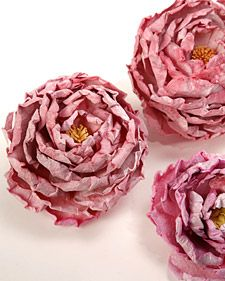 Viewer-crafter Lisa Yuen shares her technique for making paper peonies. http://www.marthastewart.com/271313/paper-peonies