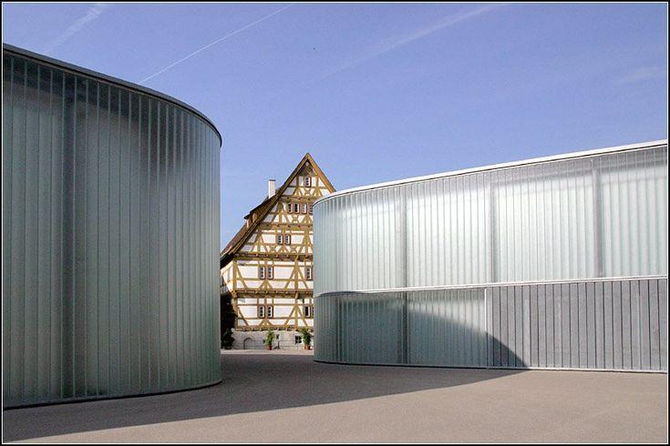 2008 wurden in Waiblingen die neue Stihl Galerie (links) und die Kunstschule Rems-Murr (rechts) eröffnet. Die modernen Gebäude bieten einen reizvollen Kontrast zu dem alten Fachwerkgebäude. Architekt: Hardwig N. Schneider. 03.09.2008 (Matthias)