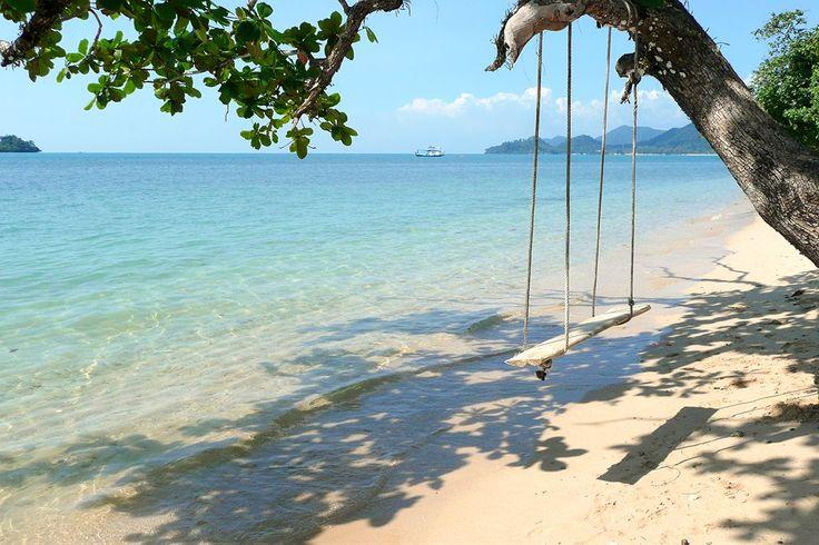 Thailand, Koh Chang: Chillaile riippukeinussa luonnonkauniilla autiorannalla. www.finnmatkat.fi #Finnmatkat