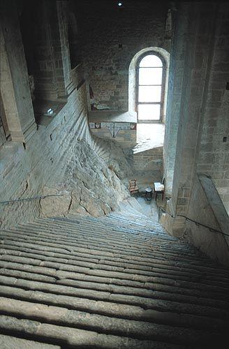 Sacra di San Michele ( TO ) - Il ripido e severo Scalone dei Morti, costruito in pietra verde in mezzo alle rocce affioranti, conduce in alto all'ingresso della Chiesa